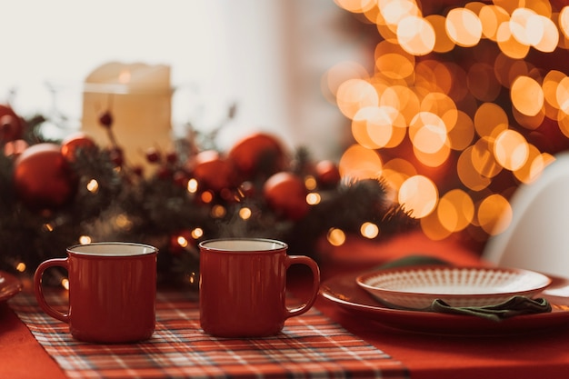 Schließen sie oben auf festlich dekoriertem küchenweihnachtsessen