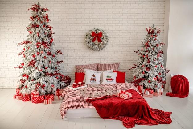 Schließen sie oben auf festlich geschmücktem weihnachtsschlafzimmer