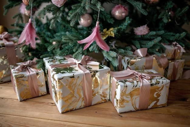 Schließen sie oben auf festlich verpackten weihnachtsgeschenken