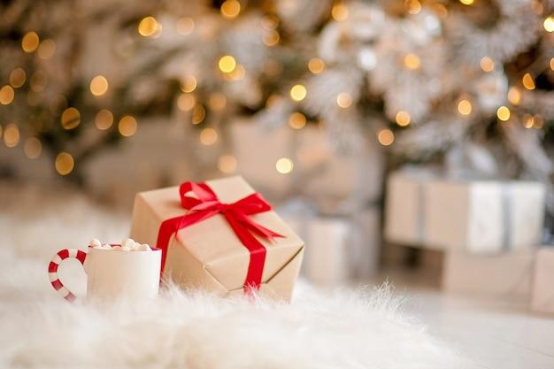 Schließen sie oben auf festlich verpackter weihnachtsgeschenkbox