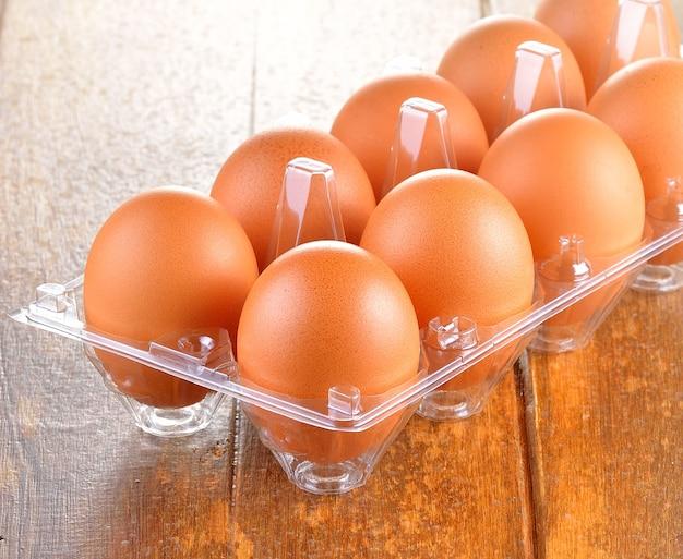 Schließen sie oben auf frischen eiern auf plastikschale