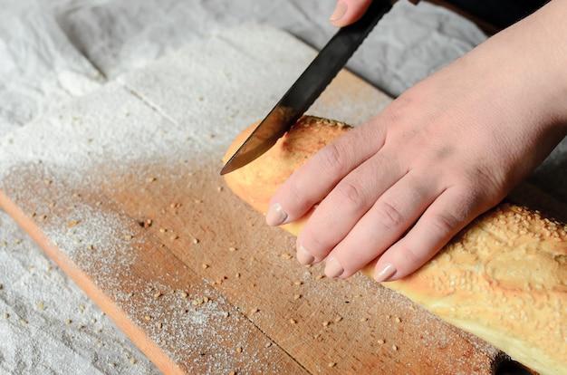 Schließen sie oben auf geschnittenem brot auf einem holzbrett