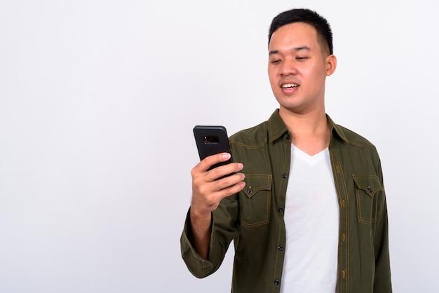 Schließen sie oben auf gutaussehenden jungen asiatischen mann isoliert