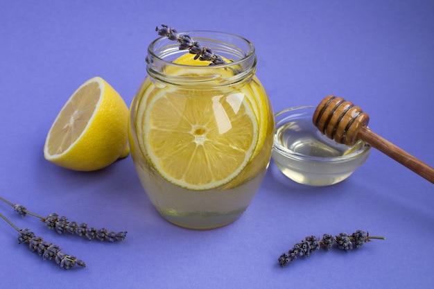 Schließen sie oben auf honig mit zitrone im glas