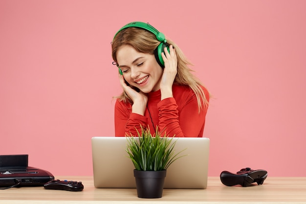 Schließen sie oben auf junge frau, die musik hört, während sie kopfhörer tragen