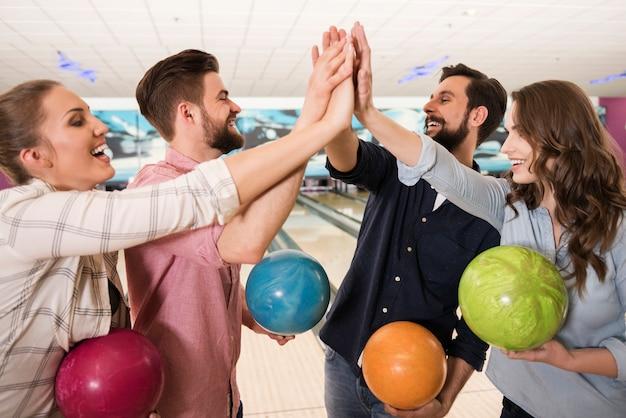 Schließen sie oben auf junge freunde, die bowling genießen Kostenlose Fotos