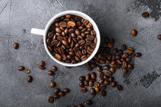Schließen sie oben auf kaffeebohnen in der tasse