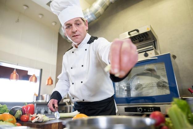 Schließen sie oben auf koch, der in der restaurantküche kocht