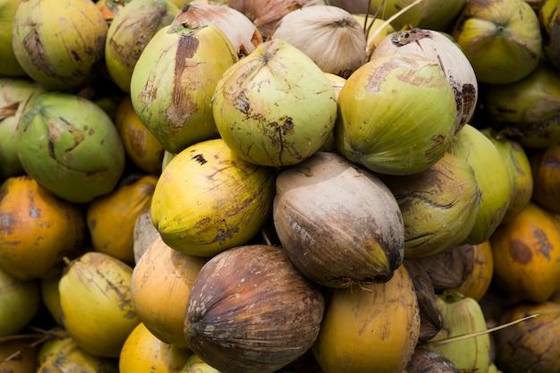 Schließen sie oben auf kokosnuss im stapel an der erntezeit