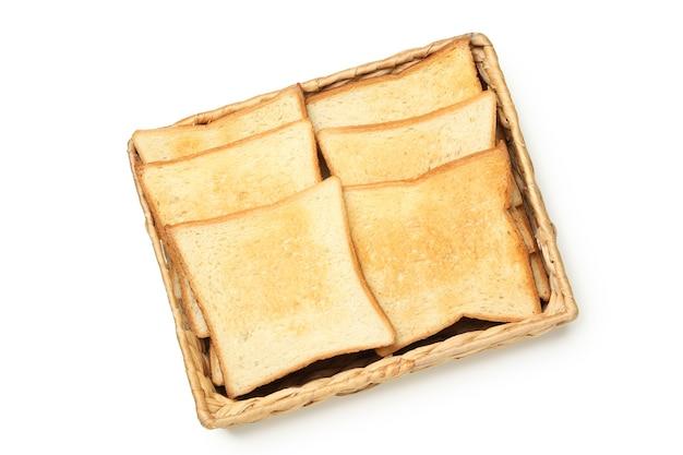 Schließen sie oben auf korb mit toastbrot isoliert