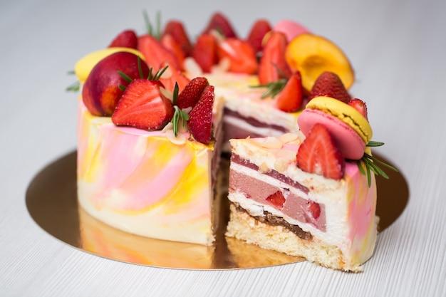 Schließen sie oben auf kuchen mit gelben und rosa flecken