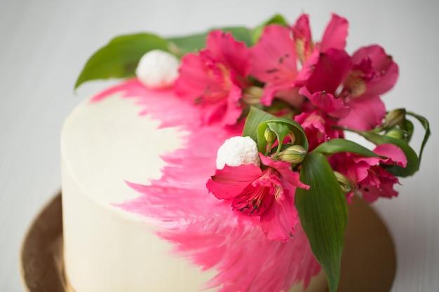 Schließen sie oben auf kuchen mit rosa dekor und blumen