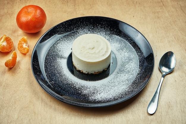 Schließen sie oben auf leckeres stück delicate airy cheesecake auf holztisch. leckerer dessertkuchen nach dem abendessen.