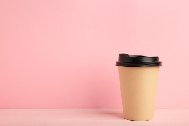 Schließen sie oben auf pappbecher kaffee isoliert