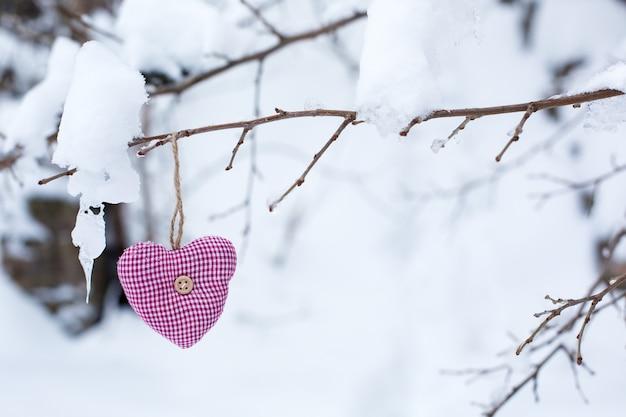 Schließen sie oben auf rosa herz auf einem winterbaum