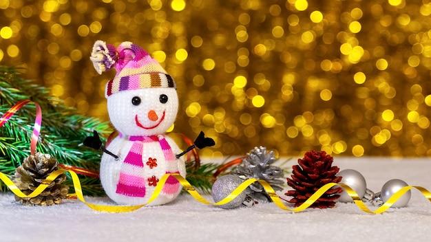 Schließen sie oben auf schneemannspielzeug und weihnachtsdekorationen