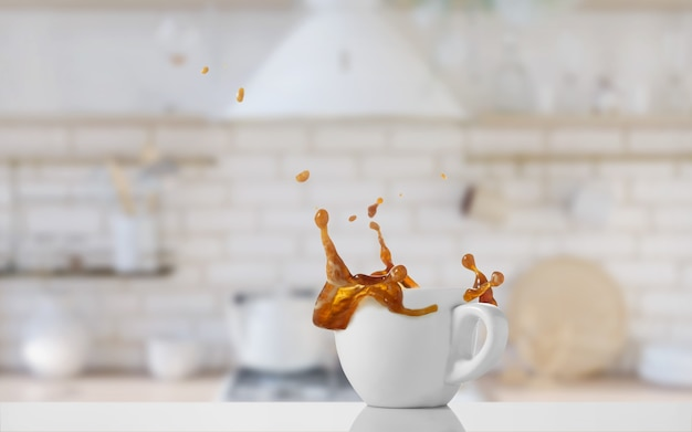 Schließen sie oben auf tasse kaffee mit spritzer