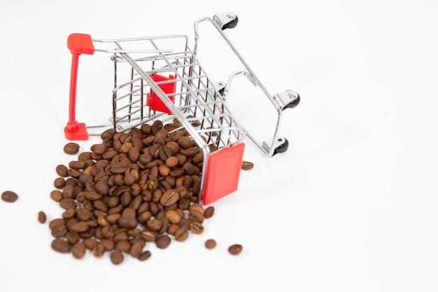 Schließen sie oben auf verschüttete kaffeebohnen von einem gefallenen supermarktwagen isoliert