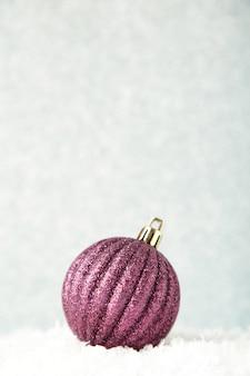 Schließen sie oben auf weihnachten lila ball auf silbernem hintergrund