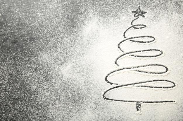 Schließen sie oben auf weihnachtsbaum auf mehlhintergrund