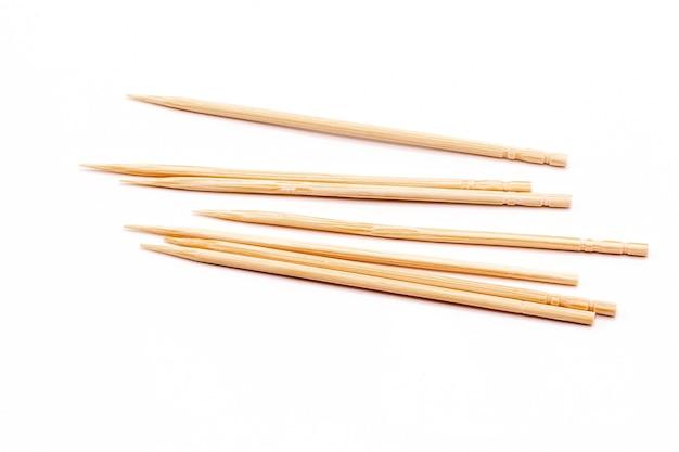 Schließen sie oben bambuszahnstocher isolieren auf weißem hintergrund.