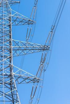 Schließen sie oben den elektrischen turm auf blauem himmel