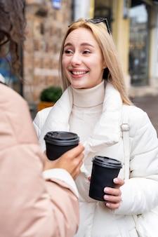 Schließen sie oben frauen mit kaffeetassen