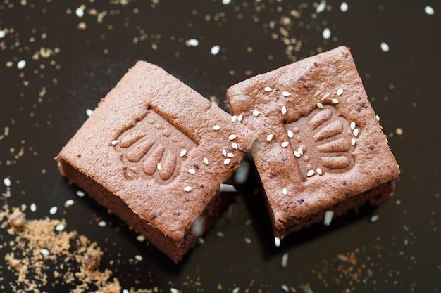Schließen sie oben gemachte schokoladenbrownies im warnlicht