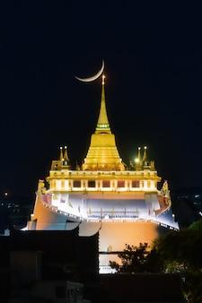 Schließen sie oben goldenen berg in bangkok mit sonnenuntergang