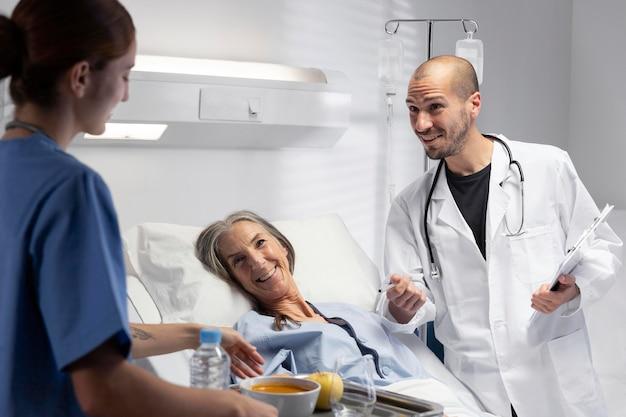 Schließen sie oben krankenschwester und arzt im patientenzimmer