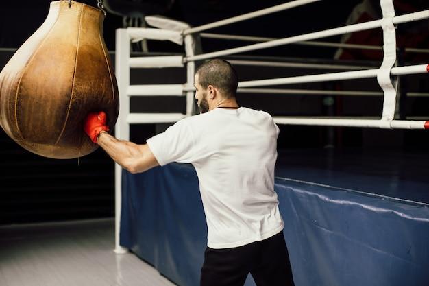 Schließen sie oben männliches boxerboxen im boxsack, zeitlupe.