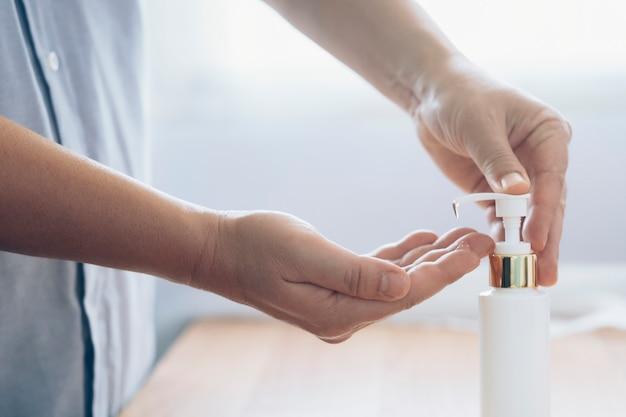 Schließen sie oben mann mit flasche des antibakteriellen wasch-händedesinfektionsgels.