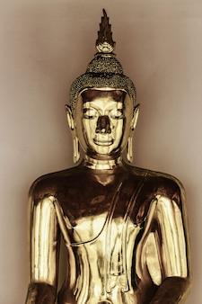 Schließen sie oben messing buddha statue im tempel. schönes poliertes messing