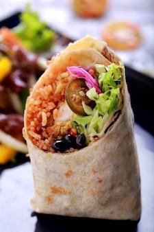 Schließen sie oben mexikanische küche burritos garnelen queiro
