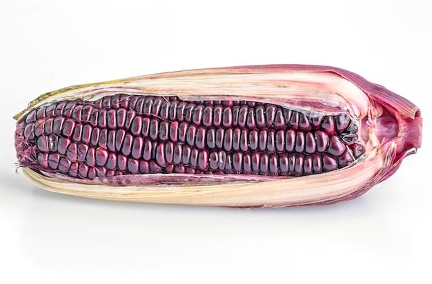 Schließen sie oben siam rubin königin mais isoliert auf weiß.
