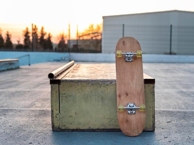 Schließen sie oben skateboard auf eisbahn