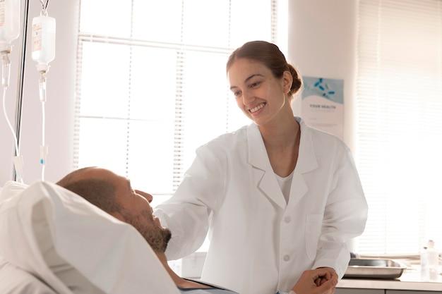 Schließen sie oben smiley-arzt, der patienten überprüft
