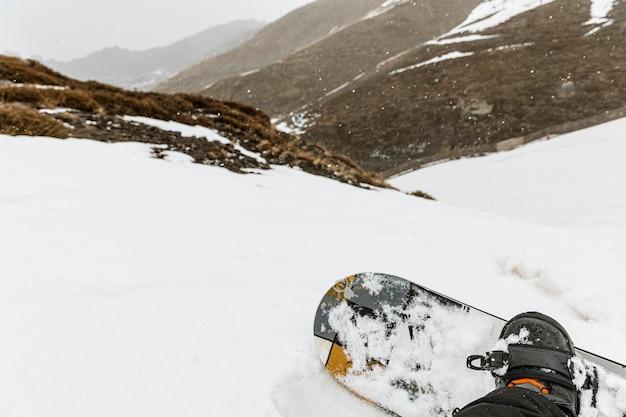 Schließen sie oben snowboarder im freien