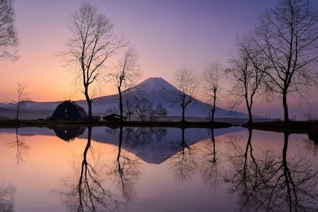 Schließen sie oben spitze des schönen fuji-berges mit schneedecke auf der oberseite mit könnte, schöne landschaftliche landschaft des berges fuji oder fujisan auf während des sonnenuntergangs, japan