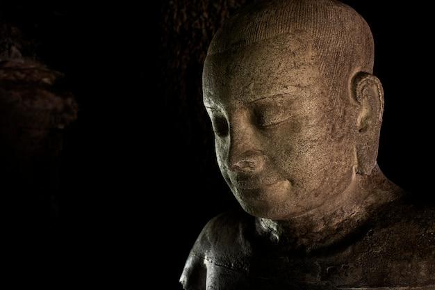 Schließen sie oben vom alten geschnitzten bild der weinlese an der historischen stätte in thailand.