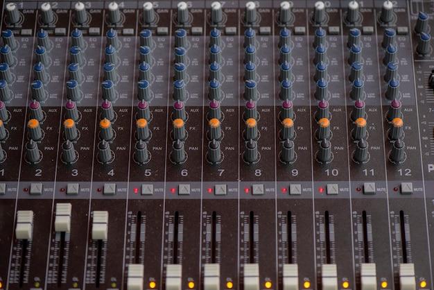 Schließen sie oben vom audiocontroller, mischender schreibtisch des tonaufnahmestudios