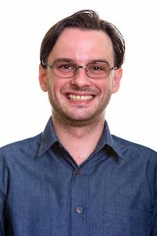 Schließen sie oben vom formellen jungen glücklichen mann lächelnd, während sie brillen tragen