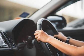 Schließen Sie oben vom Frauenautofahren auf Straße - Transport-Konzept