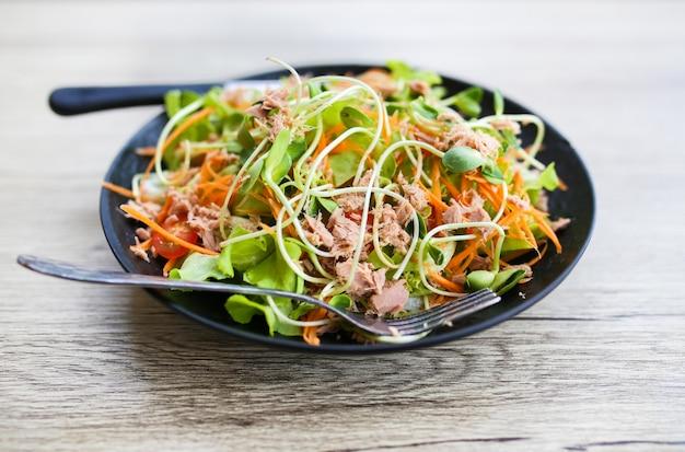 Schließen sie oben vom frischen salat des thunfischs.