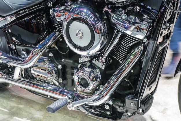 Schließen sie oben vom glänzenden chrommotorrad-motorblock des details mit auspuff