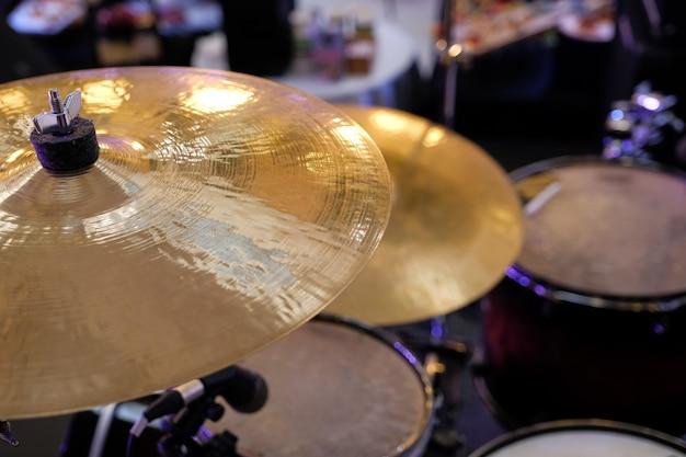 Schließen sie oben vom goldenen bronzebecken-plattenteil der trommel, die aus fokusinstrumentteilen heraus eingestellt wird