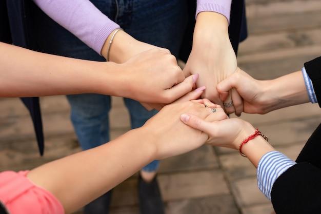 Schließen sie oben vom handzeichen der hohen fünf, vom symbol der allgemeinen feier oder vom gruß. erfolgs- und teamwork-konzept