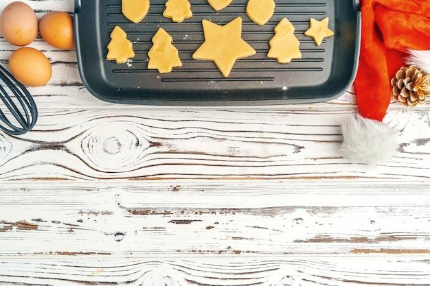 Schließen sie oben vom herstellen der feiertagsweihnachts-lebkuchenplätzchenverarbeitung