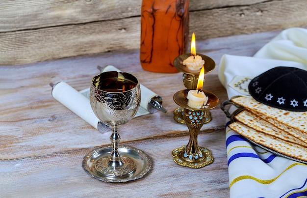 Schließen sie oben vom jüdischen feiertags-passahfest matzot des vorabends und tallit der ersatz für brot auf dem jüdischen passahfest