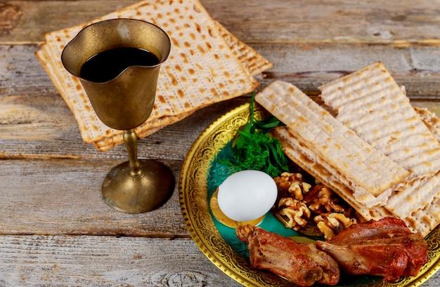 Schließen sie oben vom jüdischen feiertagspassahfest matzot des konzeptes